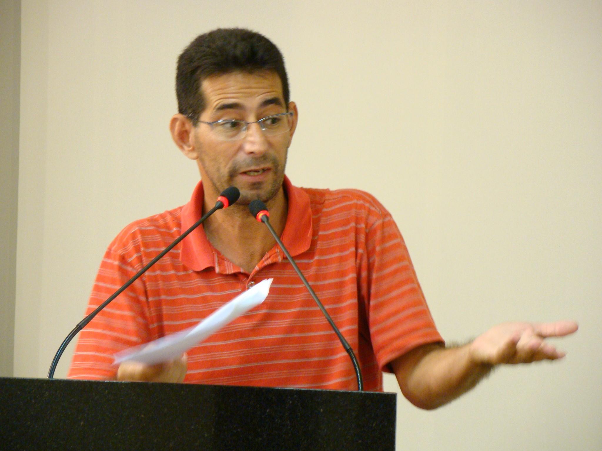 O vereador Justino da Luz (PT) pediu ao líder de governo, Ademar Possamai (DEM), que interceda junto à Secretaria de Obras